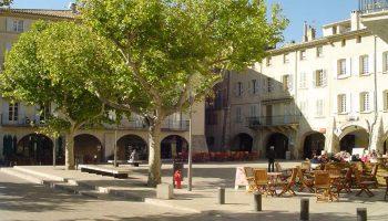 La Place du Docteur Bourdongle ou Place des Arcades à Nyons