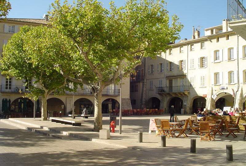 La Place du Docteur Bourdongle ou Place des Arcades à Nyons - 0