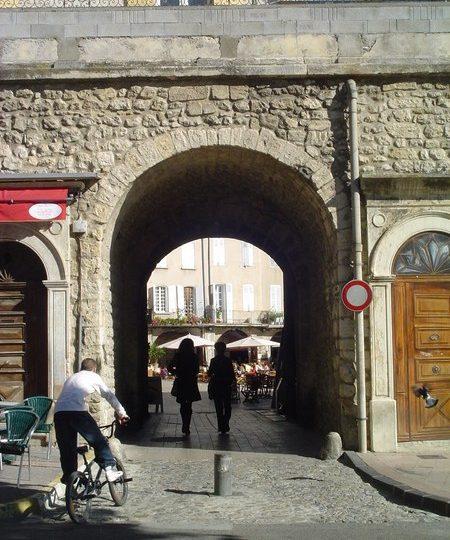 La Place du Docteur Bourdongle ou Place des Arcades à Nyons - 1